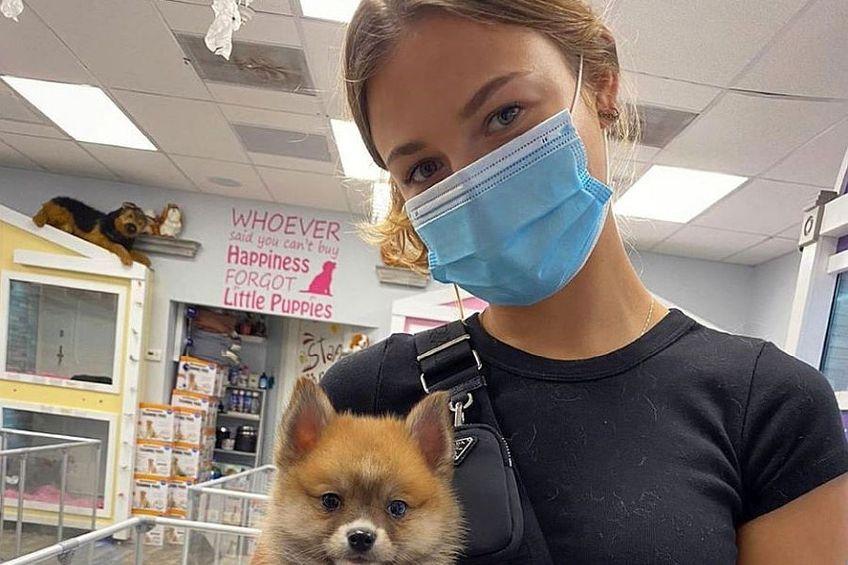 Anna Kalinskaya purtând mască de protecție