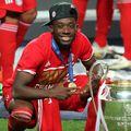 Alphonso Davies a văzut lumina zilei lângă capitala ghaneză Accra. Acolo se refugiaseră părinții lui care fugeau de războiul liberian. Destinul l-a adus acolo unde visa din fragedă pruncie, pe podiumul UEFA Champions League.