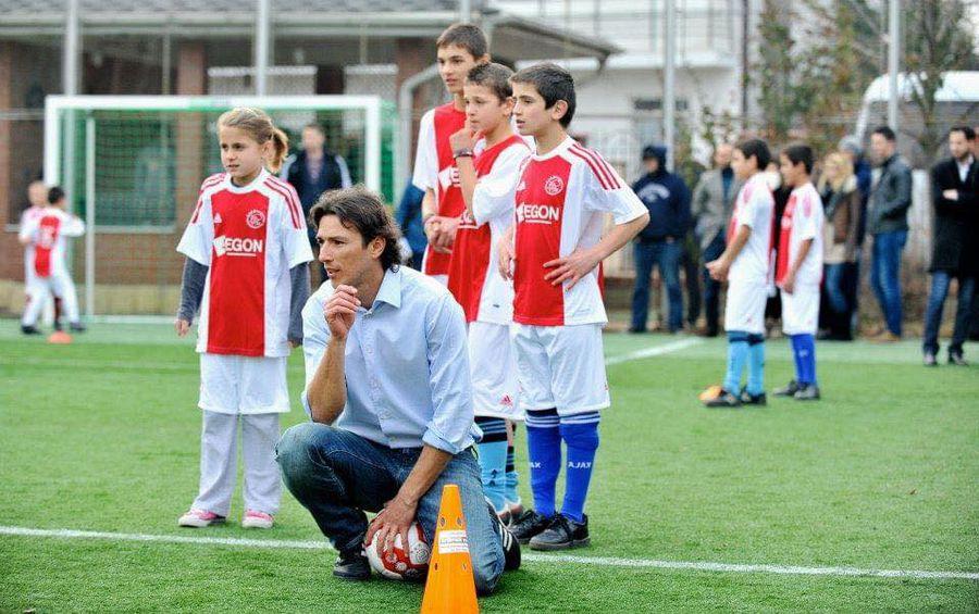 Ogăraru și copii români echipați în tricourile lui Ajax