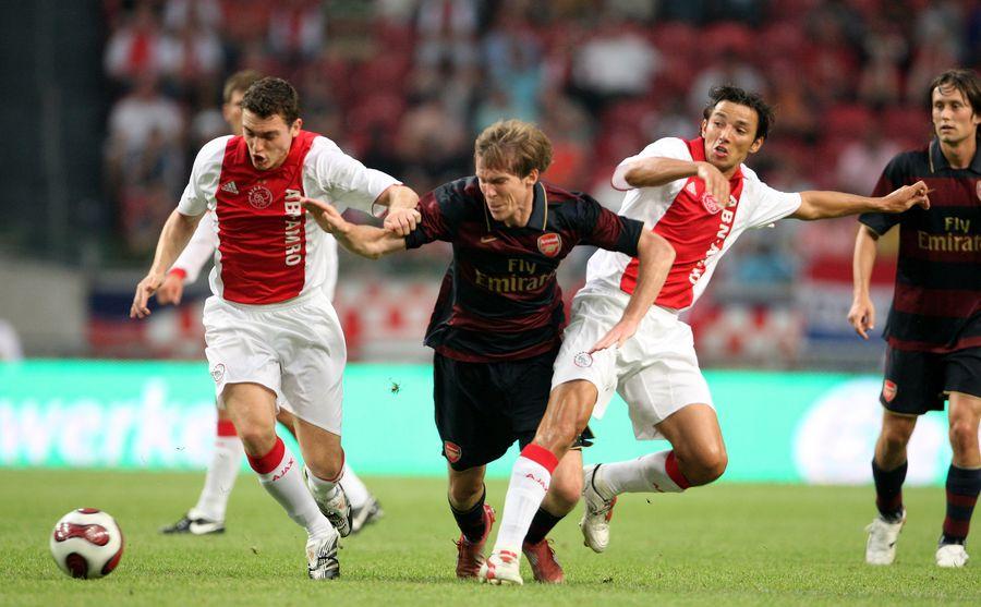 Ogăraru, în duel cu Hleb, într-un meci Ajax-Arsenal