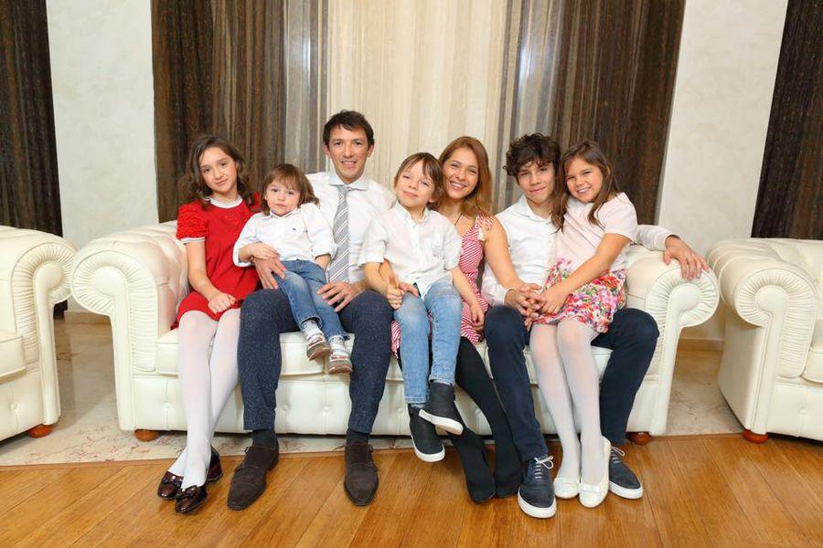 George și Andreea Ogăraru, fericiți alături de cei cinci copii
