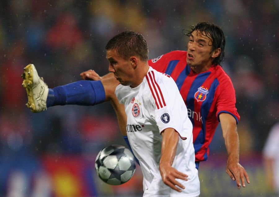 Ogăraru, în duel cu Podolski, într-un meci de Liga Campionilor dintre FCSB și Bayern