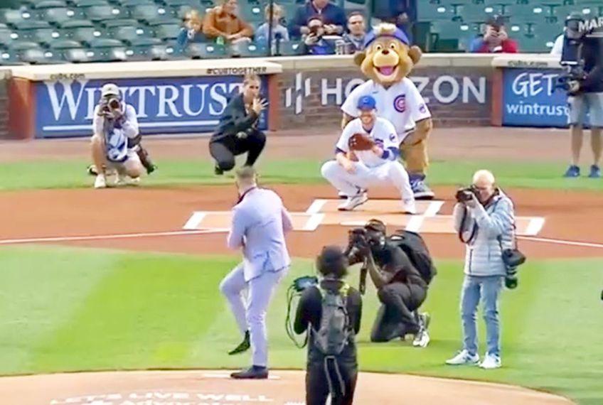 Luptătorul Conor McGregor (33 de ani) a fost invitat să dea startul în partida dintre Chicago Cubs vs Minnesota Twins, din MLB, Liga de Baseball din Statele Unite ale Americii.