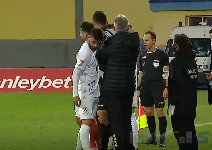 Momentul în care Horșia părăsește terenul și trece pe lângă Jorge Costa, iar antrenorul îl ignoră complet. Captură: Digi Sport