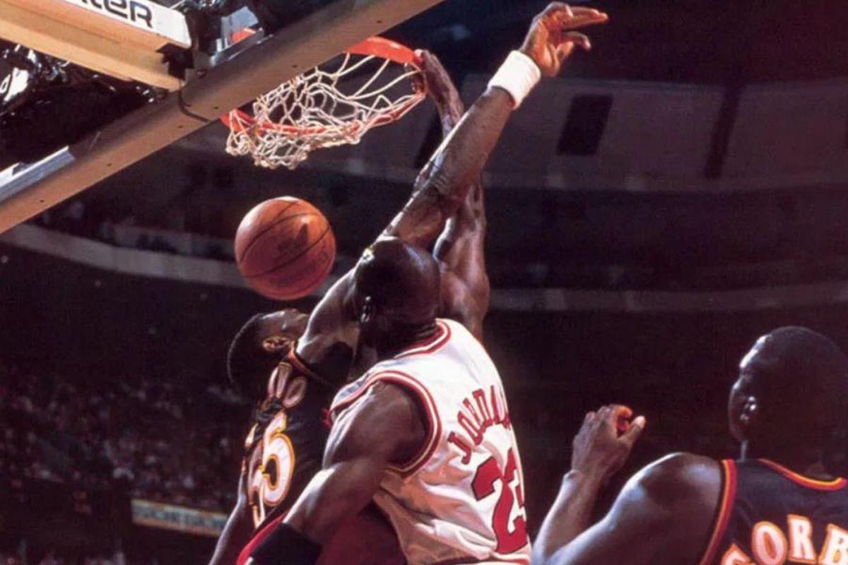"""VIDEO Ziua în care Michael Jordan și-a umilit un rival » A aruncat cu ochii închiși la coș: """"E pentru tine, iubire!"""""""