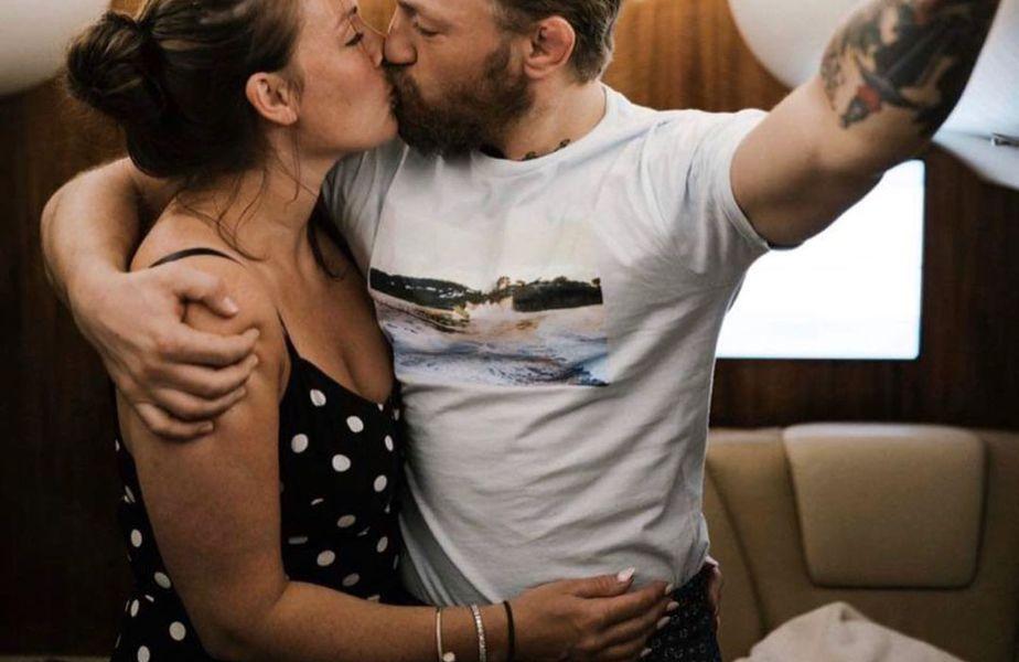 Dee Devlin (33 de ani) și Conor McGregor (33 de ani) formează un cuplu de 13 ani și au împreună doi copii, iar superstarul din UFC a anunțat în 2020 că se va căsători cu femeia care a fost alături de el de la 19 ani.