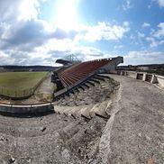 Peisajul la stadionul din Scornicești este unul sumbru, trist, departe de vreo idee de fotbal adevărat  FOTO: Vlad Nedelea