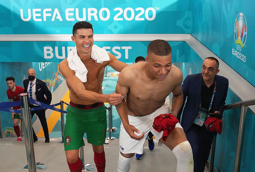 Cristiano Ronaldo și Mbappe au schimbat tricourile după meci // FOTO: twitter.com/EURO2020