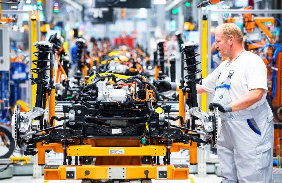 Un muncitor la o fabrică de mașini electrice VW, foto: Guliver/gettyimages