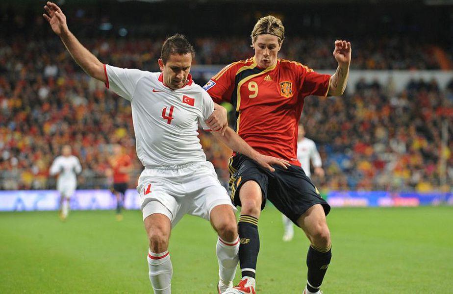 Emre Asik în duel cu Fernando Torres // Sursă foto: Getty