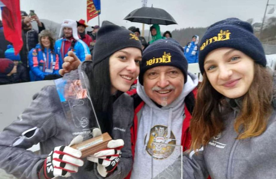 Ioana Gheorghe (în stânga), alături de antrenorul Paul Neagu și de o altă colegă. Sursă foto: Ziua de Vest