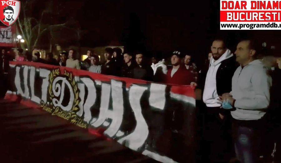 Antrenorul și jucătorii lui Dinamo în fața fanilor