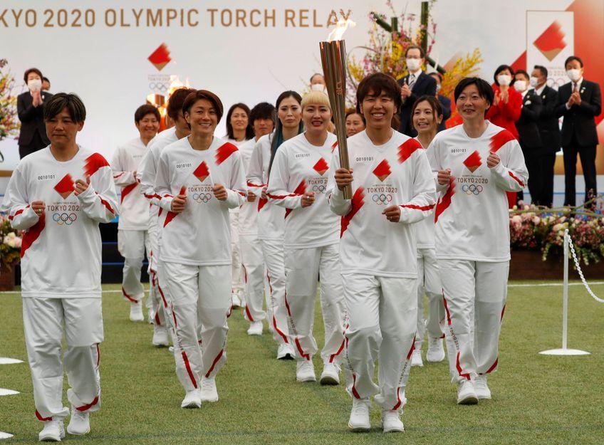 Campioanele mondiale din 2011 la fotbal feminin purtând torța olimpică FOTO Imago-Images