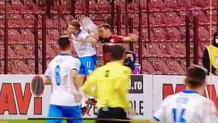 Momentul în care mingea îi atinge mâna lui Chipciu // FOTO: Captură TV Telekom Sport