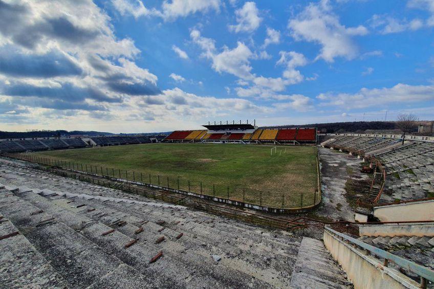 Peisajul la stadionul din Scornicești este unul sumbru, trist, departe de vreo idee de fotbal adevărat  // FOTO: Vlad Nedelea
