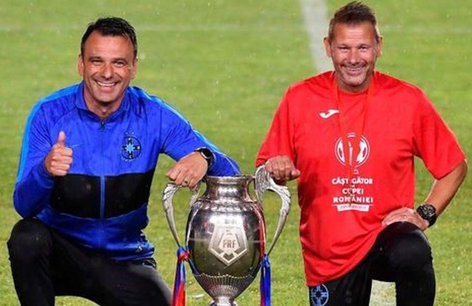 Toni Petrea (stânga) și Thomas Neubert (dreapta), alături de trofeul Cupei României, câștigat de FCSB în urmă cu 3 zile