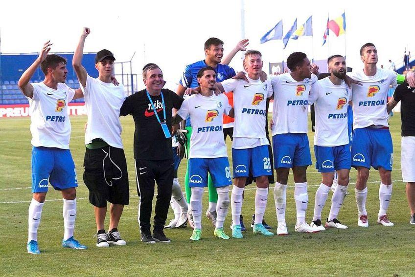 Gică Hagi (56 de ani) a sărbătorit cu fanii victoria cu Gaz Metan FOTO: facebook.com/farulconstanta
