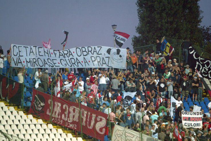 Ultrașii lui Dinamo și cei din Peluza Sud 1997 s-au întrecut de-a lungul anilor în scenografii spectaculoase și mesaje ironice / Sursă foto: Arhivă Gazeta Sporturilor