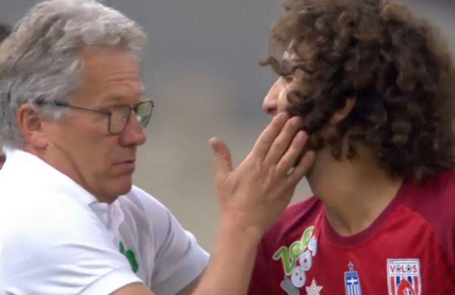 Panathinaikos - Volos 1-1. Boloni (67 de ani), antrenorul lui Panathinaikos i-a vorbit la ureche egipteanului Warda (Volos) după ce acesta ceruse penalty, apoi i-a dat o palmă ușoară, în glumă.