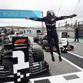 Lewis Hamilton lângă monopostul său Mercedes, foto: Guliver/gettyimages
