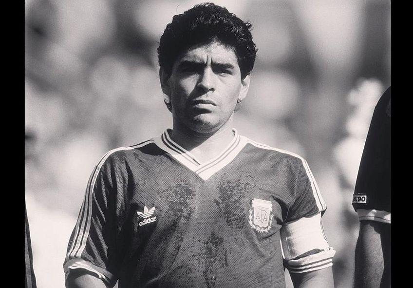 Diego Maradona, unul dintre cei mai mari fotbaliști din istoria fotbalului, s-a stins astăzi din viața, la 60 de ani.