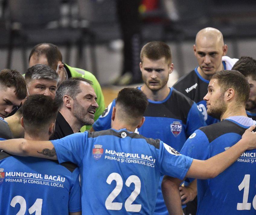 Sandu Iacob dând indicații jucătorilor săi de la CSM Bacău