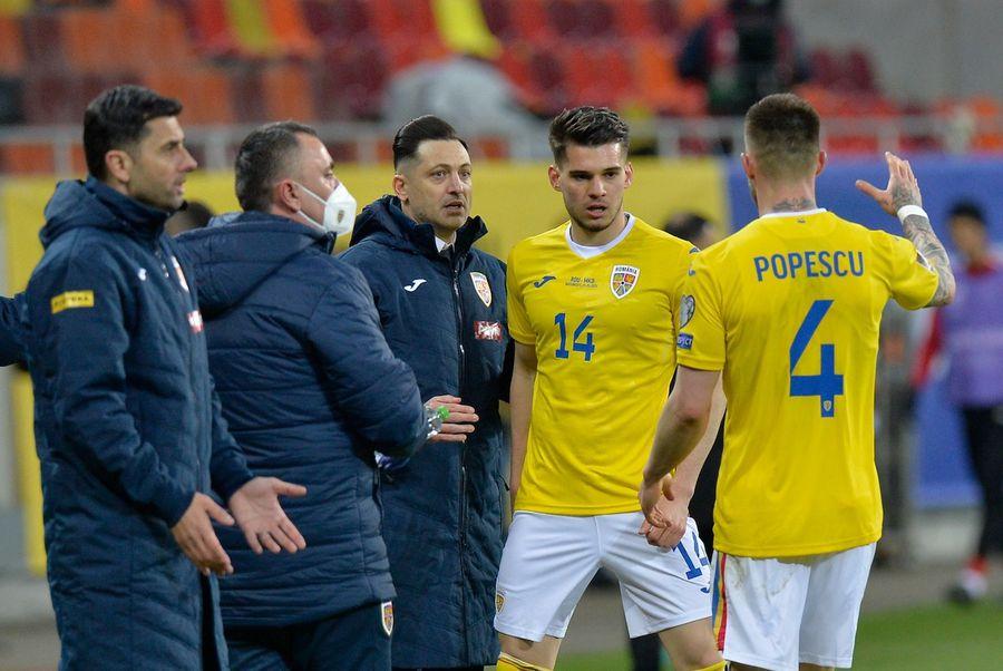 Ianis Hagi și Ovidiu Popescu, singuri cu selecționerul și stafful. Asta e bucuria naționalei după golul eliberator de 3-2