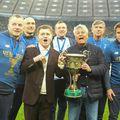 Mircea Lucescu ridică trofeul de campion în UCraina / FOTO: Facebook @fcdynamoua