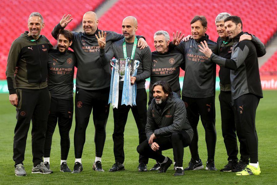 Pep Guardiola, alături de staff-ul său (foto: Guliver/Getty Images)