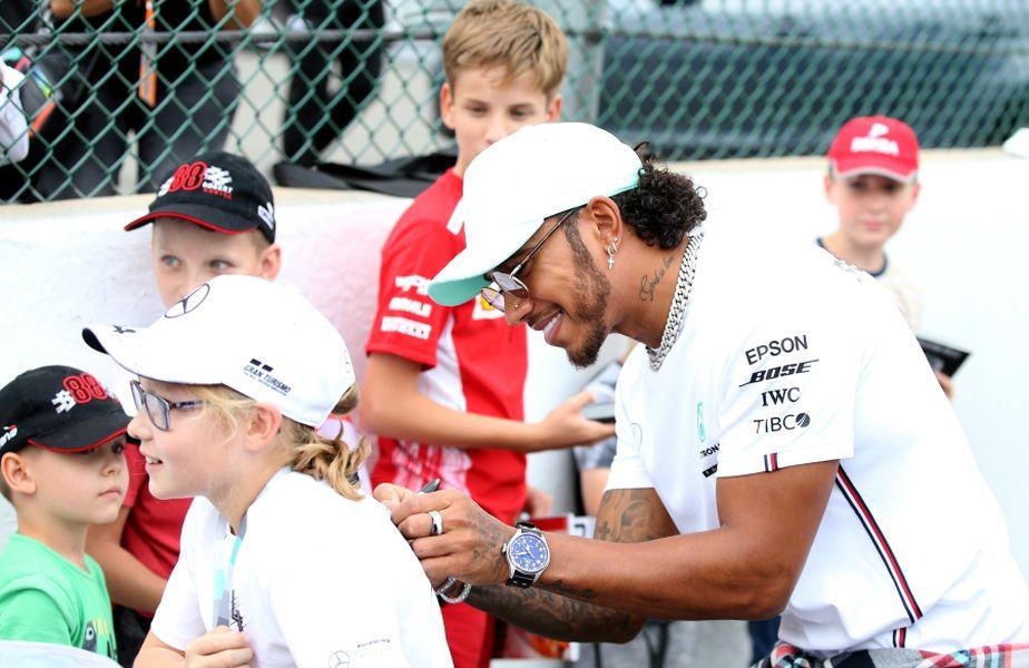 Lewis Hamilton semnând autografe FOTO Guliver/GettyImages