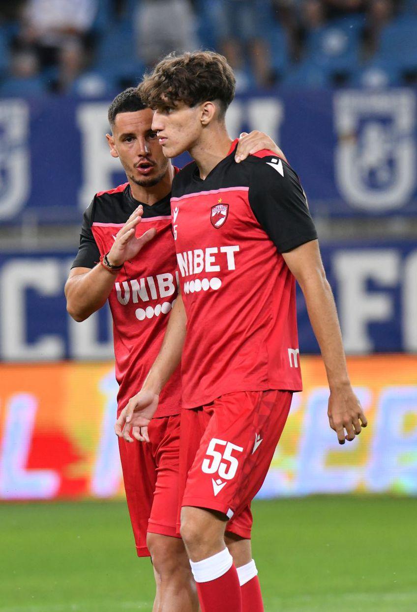 Anton dându-i sfaturi lui Diniță înainte de meci