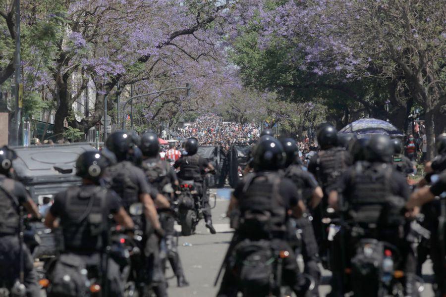 Diego Maradona a murit. Conflict pe străzile din Buenos Aires