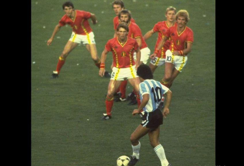 Într-un instantaneu surprins de Steve Powell, Diego are în fața nu mai puțin de 6 adversari, toți cu privirile încruntate, parcă panicați.