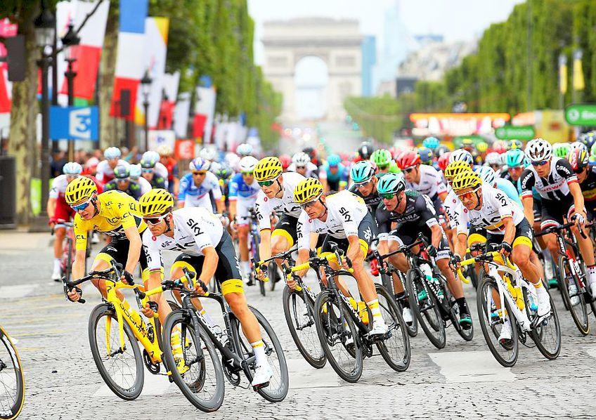 Chris Froome, în galben, conduce plutonul pe Champs Elysee. Britanicul voia un al cincilea Tur al Franței, foto: Guliver/gettyimages.com