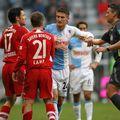 Mustafa Kucukovic (centru), într-un meci cu Bayern Munchen // foto: Imago