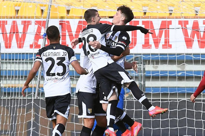 Dennis Man și Valentin Mihăilă au contribuit la primul gol marcat de Parma în meciul cu AS Roma, scor 2-0 // foto: Imago