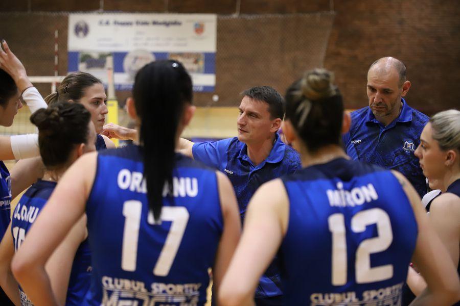 Florin Voinea la un time-out alături de jucătoarele pe care le antrenează FOTO Alexandru Obreja