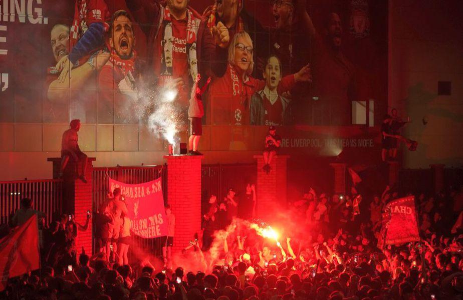 Fanii lui Liverpool au sărbătorit cu fast istoricul titlu câștigat după 30 de ani. foto: Guliver/Getty Images