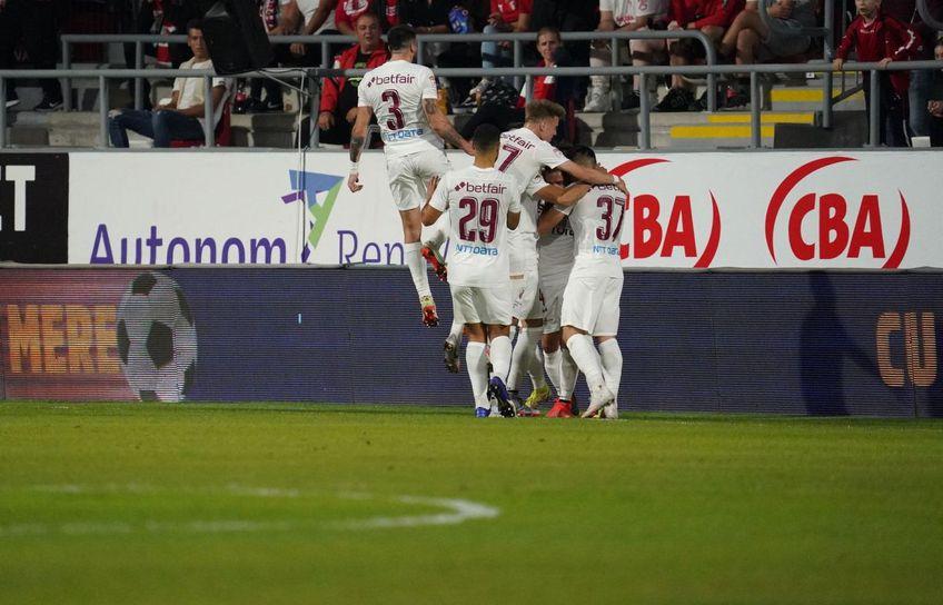 Andrei Burcă (n.r. 3) bucurându-se alături de colegii săi la golul clujenilor de la Arad