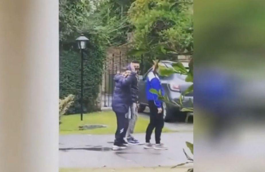 Diego Maradona salută o fetiță // foto: captură YouTube @ YouTop