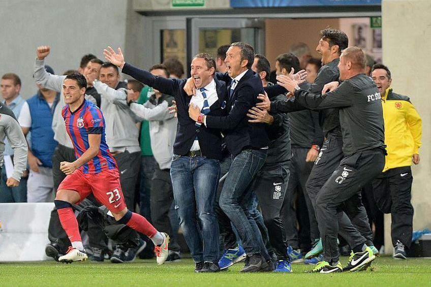 Radu Paligora, în spatele lui Laurențiu Reghecampf și Mihai Stoica, sărbătorind un gol marcat de FCSB