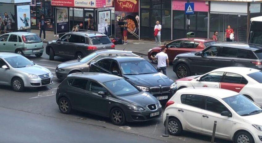 Locuitorii din București vor plăti de 7 ori mai mult pentru un loc de parcare din 2022, conform noilor tarife anuale aprobate de către Consiliul Local al Capitalei.