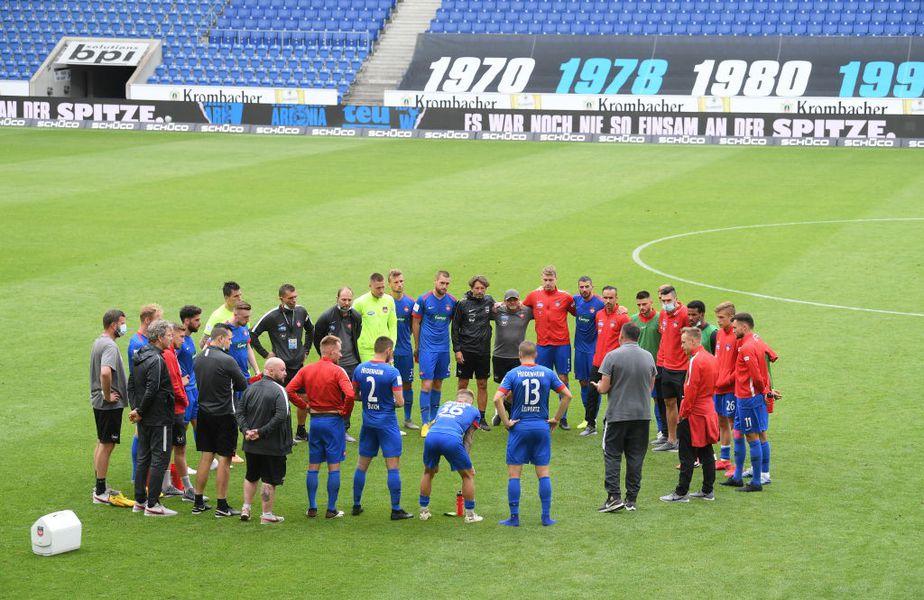 Antrenorul lui Heidenheim le vorbește jucătorilor după  eșecul cu Bielefeld