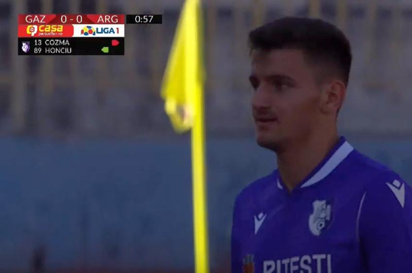 Partida Gaz Metan - FC Argeș a început cu două schimbări, efectuate chiar în primul minut de joc, la prima întrerupere, premieră pentru Liga 1 // Sursă foto: captură Digi Sport