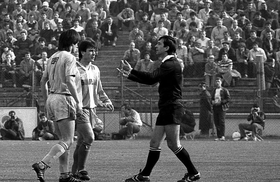 Ion Crăciunescu, la un Steaua - Dinamo, încercând să le explice lui Lăcătuş (stânga) şi Mateuţ o decizie luată