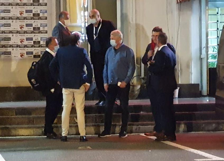 """Pablo Cortacero, noul șef de la Dinamo, a purtat o ședință improvizată în parcarea stadionului din """"Ștefan cel Mare"""" după eșecul cu UTA Arad, scor 0-1."""