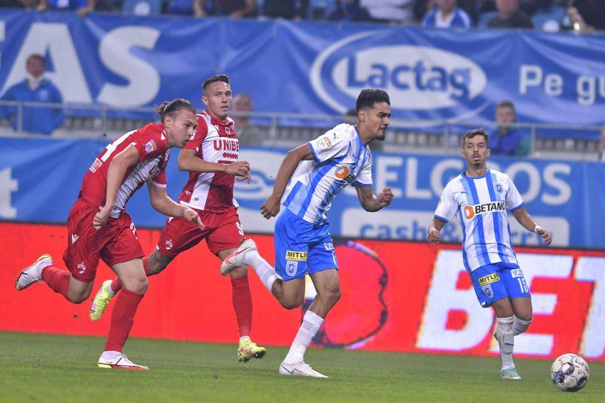 Deniz Giafer, depășit de Ștefan Baiaram în CSU Craiova - Dinamo 5-0 // foto: Imago