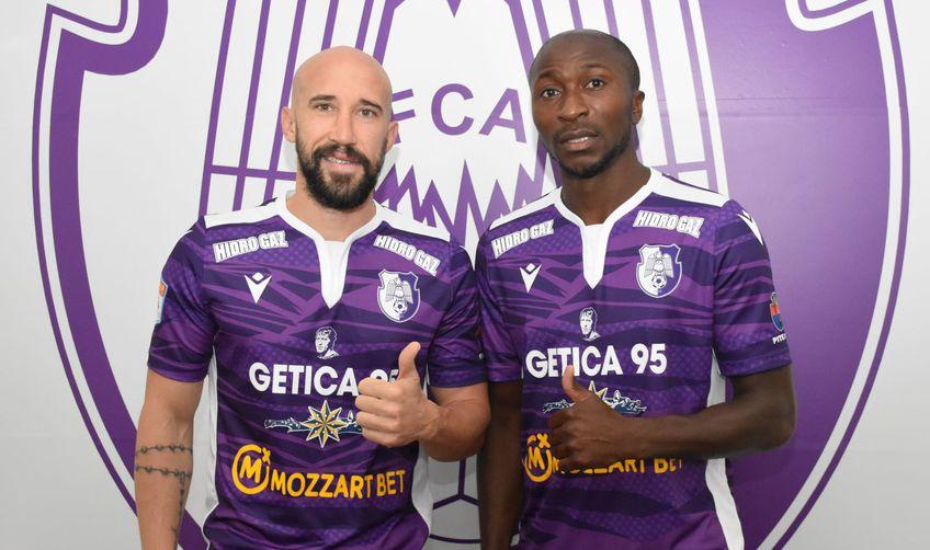 Iasmin Latovlevici și Kehinde Fatai, în tricoul lui FC Argeș // foto: Facebook @ Fotbal Club Arges Pitesti