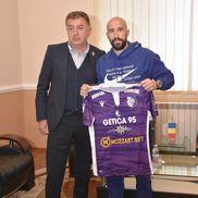 FC Argeș i-a prezentat pe Iasmin Latovlevici și Kehinde Fatai // foto: Facebook @ Fotbal Club Arges Pitesti