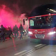 Fanii lui Dinamo s-au strâns lângă stadion, înaintea meciului cu Viitorul. foto: Vlad Nedelea (GSP)